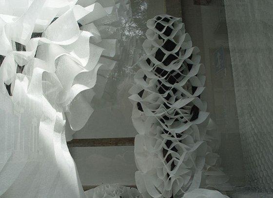 Installatie 2D-3D: kostuums, gordijn, nonwovens ,Vitrine 2008, Antwerpen